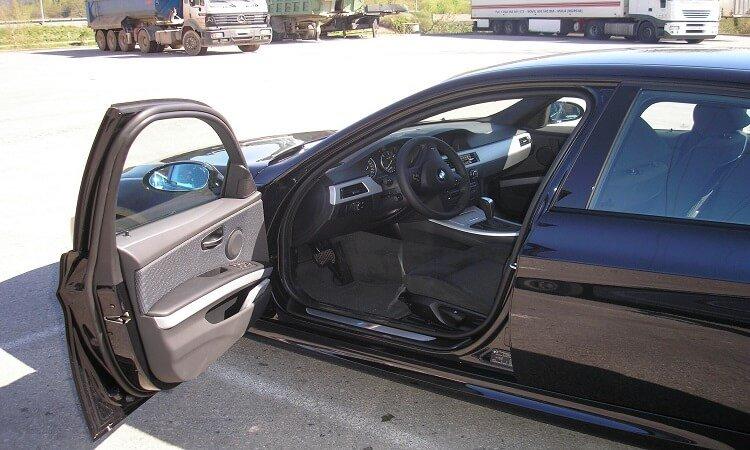 Accidente con un vehículo estacionado con la puerta abierta