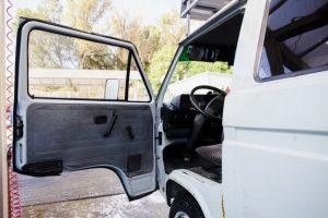 Accidente con coche estacionado con la puerta abierta