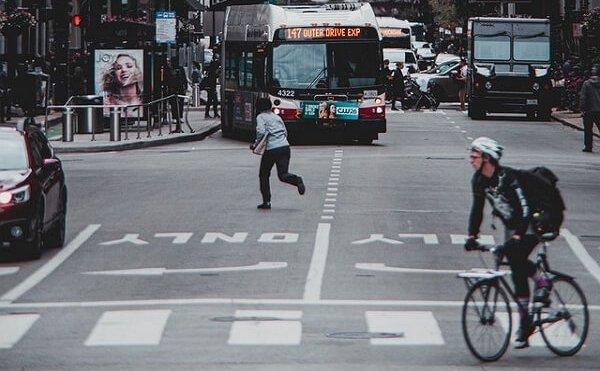Cruzar la calle de forma indebida