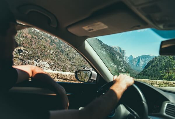 Multa de tráfico por sacar un brazo por la ventanilla