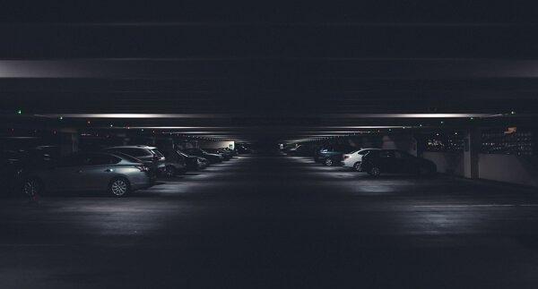 Qué hacer si me rayan el coche en un parking privado