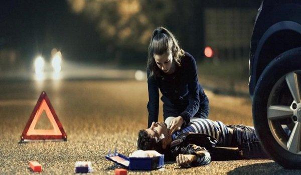 Se debe socorrer a la víctima lesionada y brindar primeros auxilios en el protocolo PAS